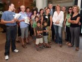 Vecinos de Vicálvaro recogen 5.000 firmas para reclamar infraestrucutras educativas