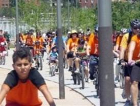 Los vecinos de Arganzuela recorren Madrid Río en bici para pedir un nuevo instituto