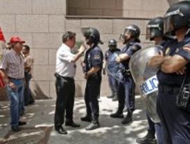 Los trabajadores públicos se manifiestan en la Asamblea a la espera del 'tijeretazo' regional