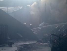 Un incendio destruye dos naves industriales en Moraleja de Enmedio