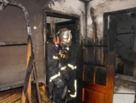 Tres heridos al arder una nave de chapa y pintura en Pinto