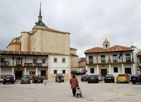 Colmenar de Oreja declarado BIC de la Comunidad de Madrid. Vista de la plaza Mayor con sus soportales, al fondo la iglesia de Santa maría la Mayor y el Ayuntamiento.