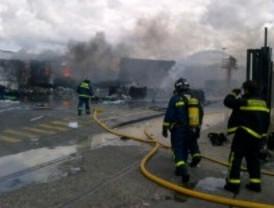 Aparatoso incendio en una empresa de reciclaje de papel y cartón en un polígono de Villaverde