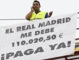 Un empresario se sube a una grúa para reclamar 110.020 euros al Real Madrid