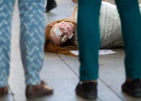 Varios colectivos sociales y la oposición protestan contra la 'Ley Mordaza'
