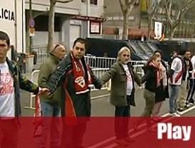 Los aficionados del Rayo organizan una cadena humana para protestar por la situación del club