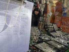 Los vendedores cuelgan carteles para agradecer el apoyo ciudadano en su lucha para conservar sus puestos