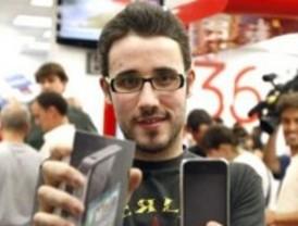 Cientos de madrileños hacen cola por la noche para comprar el nuevo iPhone 4