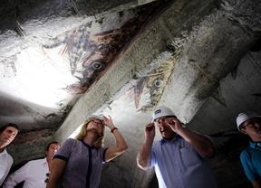 La consejera de Economía, Turismo y Cultura, Ana Isabel Mariño durante su visita a las pinturas góticas de dragones