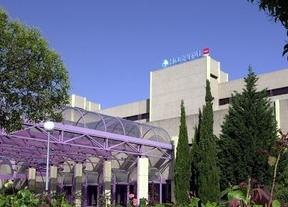 Las limpiadoras del hospital de Getafe se encadenan contra 64 despidos