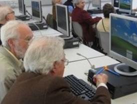 El Ayuntamiento pone en marcha 31 nuevas aulas de informática en centros municipales de mayores