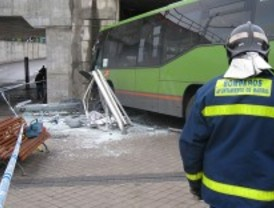 Arrollado un peatón al chocar dos autobuses en el intercambiador de Aluche