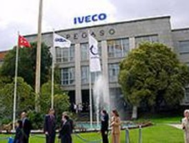 Iveco se compromete a convertir en indefinidos 503 contratos de la planta de Madrid