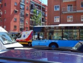 Dos heridos leves al colisionar un autobús de la EMT con una furgoneta