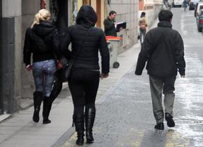 Dos prostitutas y cliente en la calle Ballesta