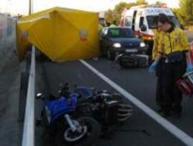 Un motorista muerto y una mujer herida tras un choque entre motos en la Calle 30
