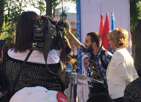 Esperanza Aguirre junto a un portavoz de Stop Desahucios en Villaverde