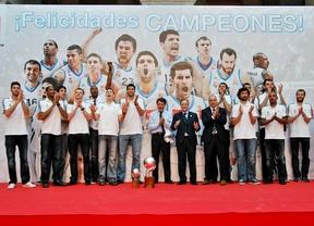 Botella y González homenajean al Real Madrid de baloncesto