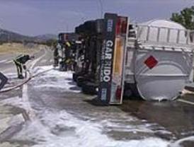 Un camión cisterna vertió 6.000 litros de gasolina al volcar en la M-611