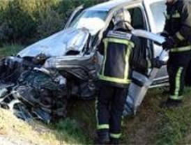 Una mujer muere y dos personas resultan heridas en sendos accidentes