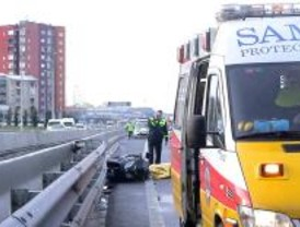 Un motorista muere al resbalar en la M-30