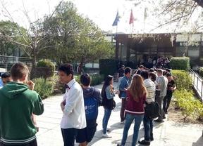 Cientos de personas esperan una plaza de FP a las puertas del IES San Blas