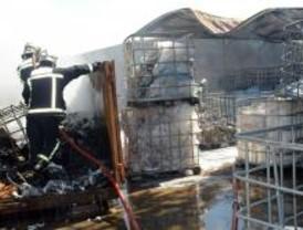 Arde un almacén de productos plásticos en Meco