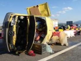 Un fallecido y un herido grave al volcar la furgoneta en la que viajaban en la A-1