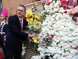 Cientos de madrileños visten a la Virgen de la Paloma con flores blancas y amarillas