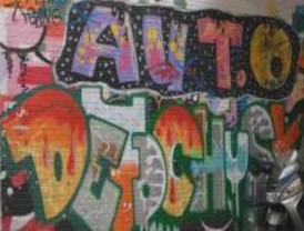Detenidos 3 jóvenes por pintar grafitis en varias fachadas de Serranillos del Valle
