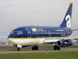 Los pasajeros de un vuelo de Air Comet a Lima pasan la noche en Barajas