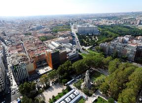 Vistas aéreas desde Torre Madrid, Plaza de España, y c Leganitos (también solar de los okupas) calle Bailén con el Senado y el Palacio Real de Oriente y la catedral de la Almudena, jardines de Sabatini y Campo del Moro y al fondo a la derecha Carabanchel
