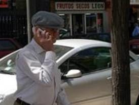 Los mayores de Móstoles y Navalcarnero aprenden a manejar el móvil