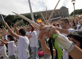 Manifestación en contra de la celebración del Toro de la Vega en Tordesillas, convocada por Pacma y otras asociaciones antitaurinas y por los derechos de los animales, que ha reunido a miles de personas desde la plaza de Colón hasta la plaza de España pasando por las sedes del PP y del Psoe.