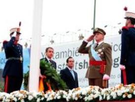 Los Reyes presiden un desfile militar reducido por la lluvia