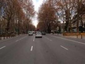 El paseo del Prado pierde un carril por la instalación de las gradas de la Vuelta