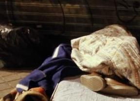 Persona sin hogar durmiendo en la calle
