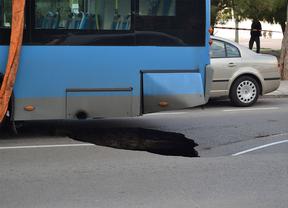 Un autobús queda atrapado en un socavón