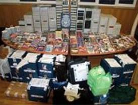 Detenidos tres senegaleses por comercializar CD y DVD