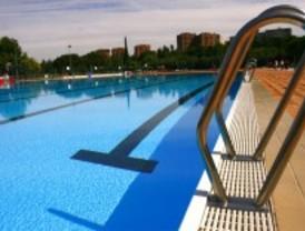 Las piscinas madrileñas abren la temporada 'tiritando'