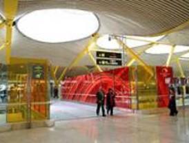 Decenas de viajeros denuncian diariamente overbooking en Barajas