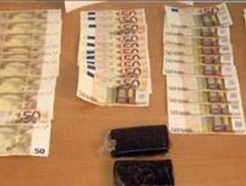 Dos hombres fueron detenidos por falsificar billetes y portar hachís