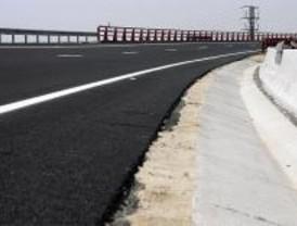 Betún y polvo de neumáticos para reforzar el firme de cinco carreteras