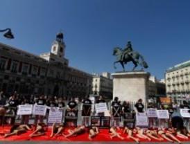 Activistas en ropa interior y ensangrentados protestan contra la tauromaquia y los mataderos