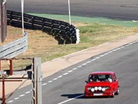 Cientos de automovilistas asisten en el Jarama a una exhibición de coches clásicos