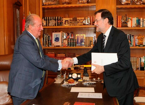 Apretón de manos entre el Rey Juan carlos I y Mariano Rajoy después de entregarle la carta donde le comunica que abdica.