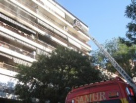 Rescatan a cinco personas de un incendio en Chamartín