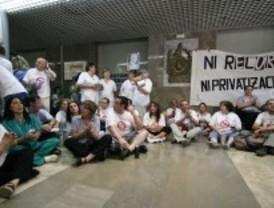 Trabajadores del Hospital Clínico se encierran en defensa de sanidad pública
