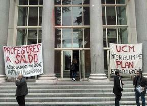Profesores temporales se encierran en el rectorado de la UCM