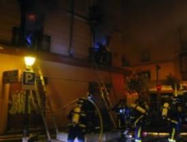 Un amplio despliegue con hasta 30 bomberos extingue un aparatoso incendio en el barrio de Salamanca